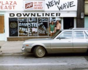 pada downliners (yaitu, Plaza Timur bar), 4719 Troost Ave., pada tahun 1980, courtesy of Banastre Tarleton.